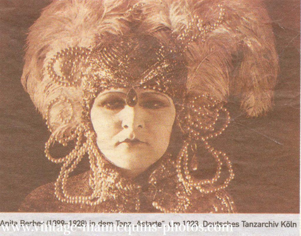 Anita Berger, die revolutionäre der 20ger Jahre,tanzte in Berlin nach einer eigenen Choreographie, in der eine Puppe aus ihrer Erstarrung erwacht und lebendig wird und tanzt